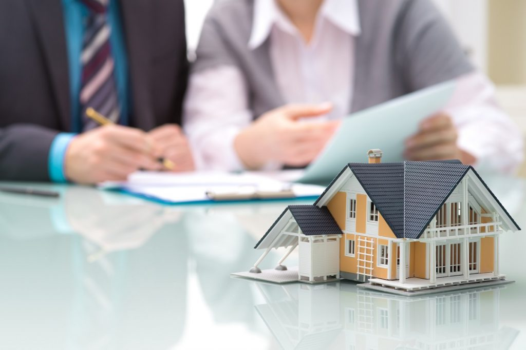 People discussing a mortgage loan