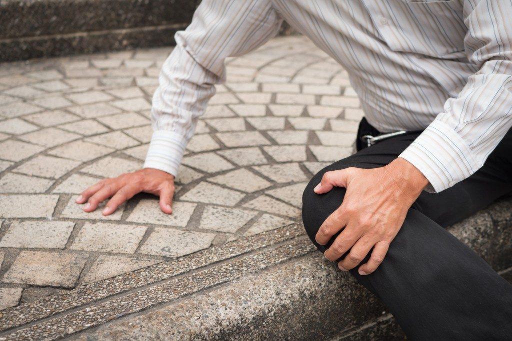 man slipped and hurt his knee