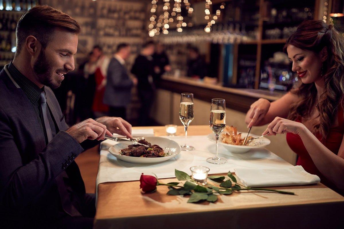Copuple in a dinner date