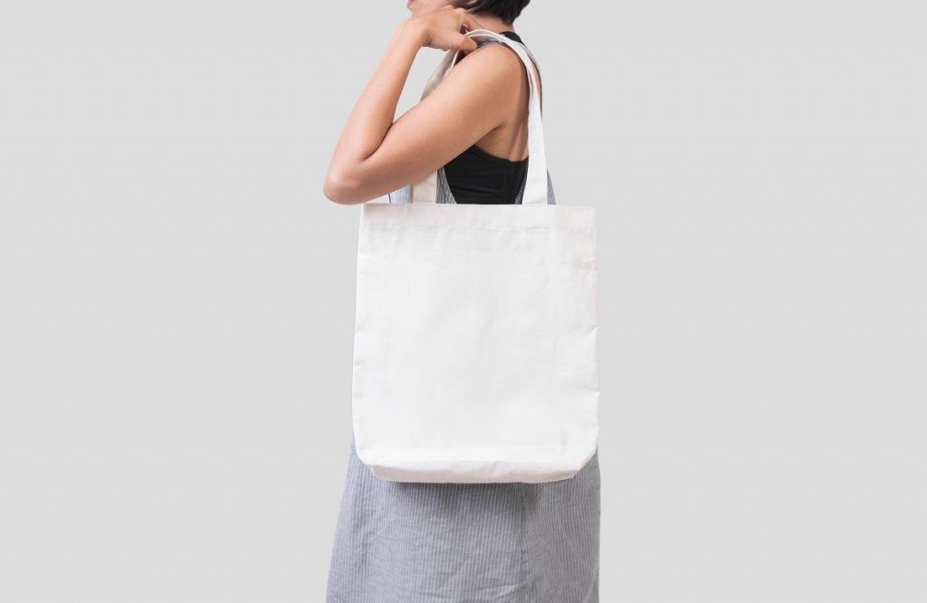 woman hodling an eco bag